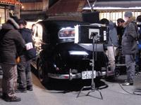 撮影は、2009年3月14日、日付が変わる頃まで、底冷えする屋外で行われました。23時頃の撮影準備風景です。