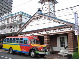 博物館外観とボンネットバス・日野BA14