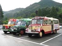 国宝の瑠璃光寺五重塔がある香山公園を訪れたボンネットバス3台