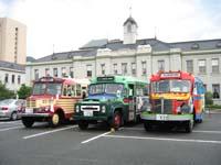 重要文化財の旧山口県会議事堂をバックに山口県庁駐車場に並ぶボンネットバス3台