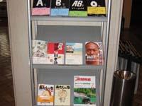 『海を抱いたビー玉』(山海堂版)が配架されていたサンルート国際ホテル山口・ロビーの来訪者向け書棚