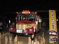 昭和ロマン蔵でろうそくの灯りに包まれ展示された いすゞBX141