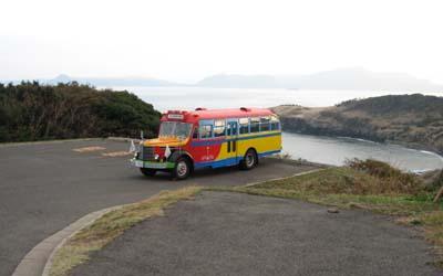 大バエ灯台下のバス転回場にやってきた日野BA14 右側背後の岬は鞍馬鼻