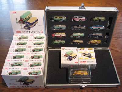 左:12個ボックス、右:プレミアムコレクションセット、右手前:単品ボックスと中身。