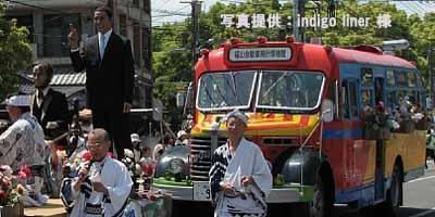 2010年5月16日、福山ばら祭のローズパレードへ出場したリンカーン大統領・オバマ大統領の蝋人形とボンネットバス・日野BA14