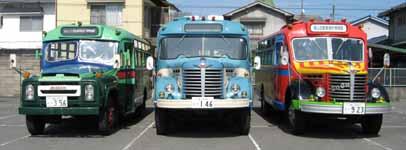 当館のボンネットバス3台並び 向かって右から日野BA14(1958年式,東浦自動車工業)・日野BH15(1961年式,帝国自動車工業)・ニッサンU690(1963年式,渡辺自動車工業)
