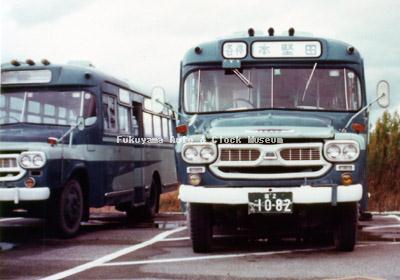 江若交通のいすゞBXD30(1967年式,帝国自動車工業) 左側は同型式(1965年式か)の廃車体 堅田営業所で1976年か77年に撮影されたものか