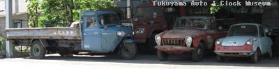 館外展示場でのマツダ車保存状況 向かって右側よりR360クーペ(KRBB,1961年式)、B1500(BUB61)、T2000(TVA32S,1968年式)