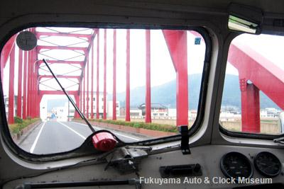 三次市の巴橋を進むボンネットバス・ニッサンU690