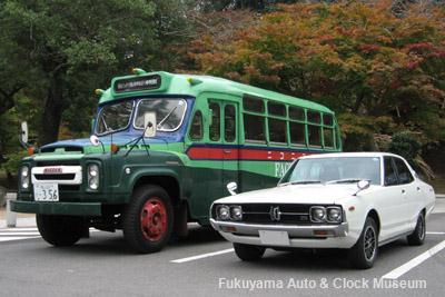 ボンネットバス・ニッサンU690とスカイライン4ドアセダン2000GTX−E 三次市三次町・尾関山公園において