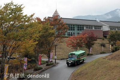 布野ふるさとまつり会場の布野運動公園から試乗会へ出発するボンネットバス・ニッサンU690