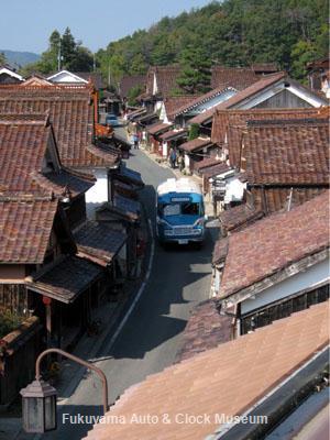 岡山県高梁市成羽町「吹屋ふるさと村」中心部を走るボンネットバス・トヨタDB100