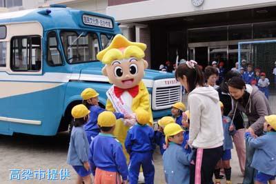 「ももっち」と高梁市立津川小学校を訪れたボンネットバス・トヨタDB100