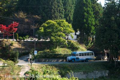 下町駐車場から「吹屋ふるさと村」中心部へと進むボンネットバス・トヨタDB100