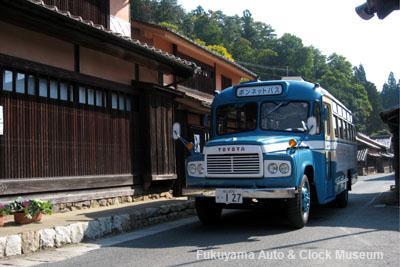 「吹屋ふるさと村」公民館前を進むボンネットバス・トヨタDB100