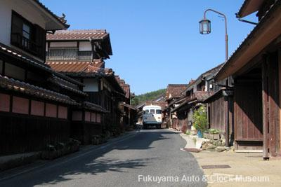 「吹屋ふるさと村」麻田百貨店前を進むボンネットバス・トヨタDB100