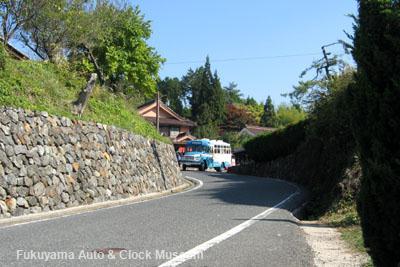 「吹屋ふるさと村」ベンガラ屋前から千枚駐車場へ向かうボンネットバス・トヨタDB100