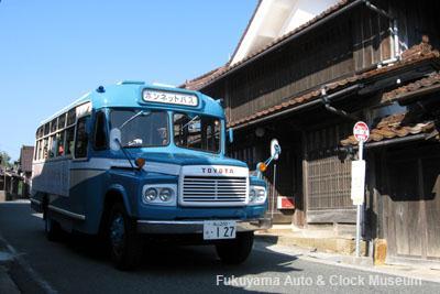 「吹屋ふるさと村」備北バス吹屋バス停前を進むボンネットバス・トヨタDB100