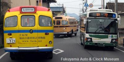 水呑町の県道22号福山鞆線旧道で鞆鉄道の日野レインボー�(PDG-KR234J2,社番H10-007,2010年9月導入)と離合する いすゞBX341と日野BA14