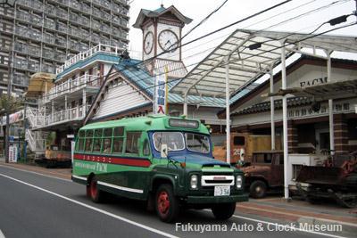 2011年5月3日、ひろしまフラワーフェスティバルの花の総合パレードへ向けて出発するボンネットバス・ニッサンU690
