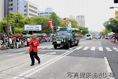 5月3日、ひろしまフラワーフェスティバルの花の総合パレードに出場したボンネットバス・ニッサンU690【クリックで掲載記事へリンク】
