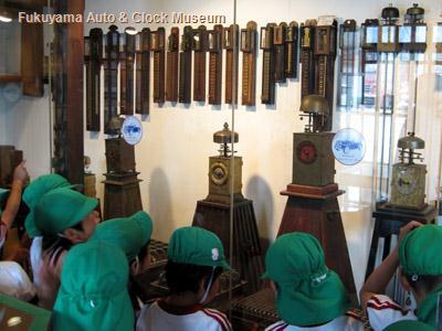 保育所児童が見学中の和時計展示コーナー