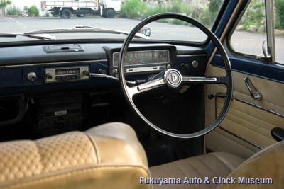 ダットサン サニー1000デラックス(初代B10前期型2ドアセダン,1966年式)の車内