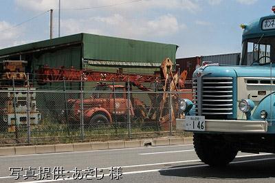 金網越しの日野の剣道面並び ボンネットクレーン車と当館のボンネットバス・BH15