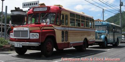 高梁市川上町領家「全国川上水と緑のふるさとプラザ」前に並ぶボンネットバス・トヨタDB100(前側)と日野BH15(後側)