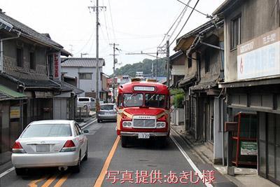 ロマンチック街道313(国道313号線) 横尾の町並み(福山市横尾町)を進むボンネットバス・トヨタDB100