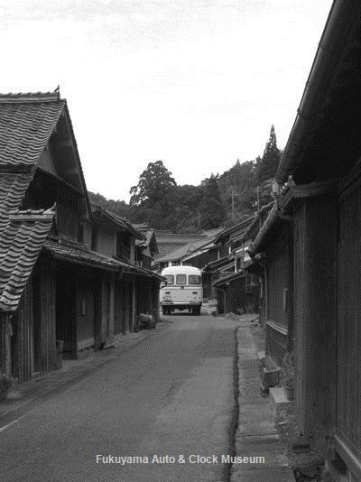 「吹屋ふるさと村」の旧街道を進むボンネットバス・トヨタDB100(後部)【クリックでカラー画像を表示】