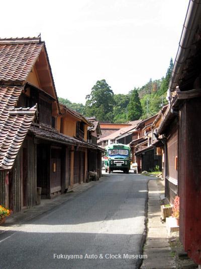 「吹屋ふるさと村」の旧街道を進むボンネットバス・ニッサンU690