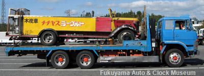 建設屋利幸様の愛車・ふそうFVに載せてもらったトヨタBM改木炭車(10月31日、山陽自動車道上り線小谷SAにおいて)