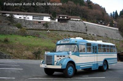 城郭と見紛うばかりの広兼邸を訪れたボンネットバス・日野BH15【クリックで大きく表示】