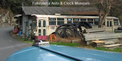 日野BH15車内から望む元備北バス所有のふそうMR470廃車体【クリックで廃車体単独の画像(2008年11月29日撮影)を表示】