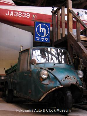 マツダT600衛生車の上部に展示したマツダの古い内照式看板