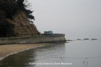 岡山県浅口市寄島町・青佐鼻海岸を行くボンネットバス・日野BH15【クリックで大きく表示】