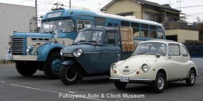 NHK土曜ドラマスペシャル「とんび」に出演の3台 向かって右から順に スバル360DX(K111,1968年式)、糸目今日子様の三輪トラック・マツダT1500(TUB85N,1968年式)、ボンネットバス・日野BH15(1961年式,帝国自動車工業)【クリックで大きく表示】