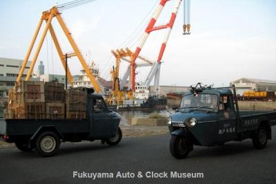 NHK土曜ドラマスペシャル「とんび」に出演 F様のマツダT1500(向かって右側)と糸目今日子様のマツダT1500(左側) 旧門司食糧倉庫において【クリックで大きく表示】