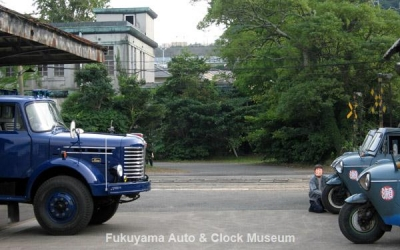 NHK土曜ドラマスペシャル「とんび」に出演 当館のマツダT2000(向かって右側手前)、糸目今日子様のマツダT1500(右側奥)とF様の日野KB120型ボンネットトラック(左側) 旧門司食糧倉庫において【クリックで大きく表示】
