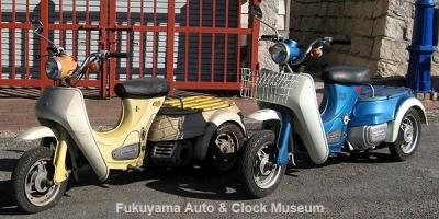 ダイハツ ハロー(エンジン車,型式B10)とハローBC(電動車,型式B20)の2台並び【クリックで大きく表示】