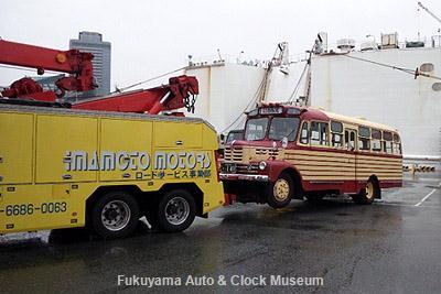 大阪府の旧年式ディーゼル車運行規制のためレッカー車牽引で移動される豊後高田市のボンネットバス・いすゞBX141 1月19日撮影