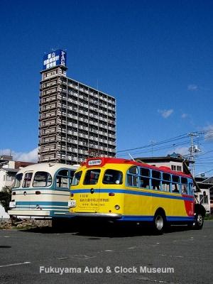 日野のボンネットバス2台並び(2012年1月26日10時19分撮影) 向かって右側:BA14(1958年式,東浦自動車工業),左側:BH15(1961年式,帝国自動車工業)【クリックで大きく表示】