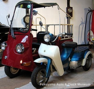 ダイハツ ハローBC(手前)と集配用軽三輪電気自動車・ダイハツDBC−1(1971年式,館内展示車両)の電動車2台並び【クリックで大きく表示】