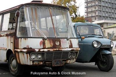 マツダ ライトバスAEVA(C)廃車体と三輪トラックT2000(TVA32S,1968年式)とのVA型エンジン搭載車2台並び 2012.2.25撮影【クリックで大きく表示】