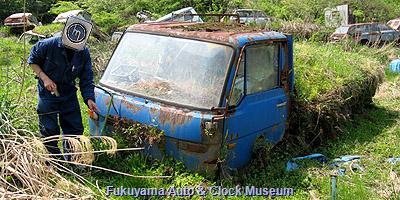 兵庫県某所の廃車体集積地にあるマツダ タイタン(初代前期型)の廃車体