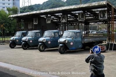 「とんび」に出演したマツダの三輪トラック4台並び エキストラさん撮影中【クリックで大きく表示】