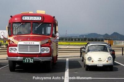 PRのため道の駅 笠岡ベイファームを訪れた高梁市のボンネットバス・トヨタDB100と当館のスバル360DX【クリックで大きく表示】