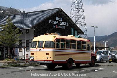 PRのため道の駅 遊YOUさろん東城を訪れた高梁市のボンネットバス・トヨタDB100