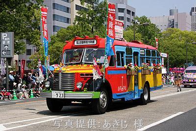 2010年5月3日、ひろしまフラワーフェスティバルの花の総合パレードに出場したボンネットバス・日野BA14